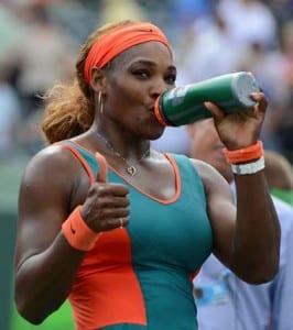 bere è molto importante quando si gioca a tennis con il caldo
